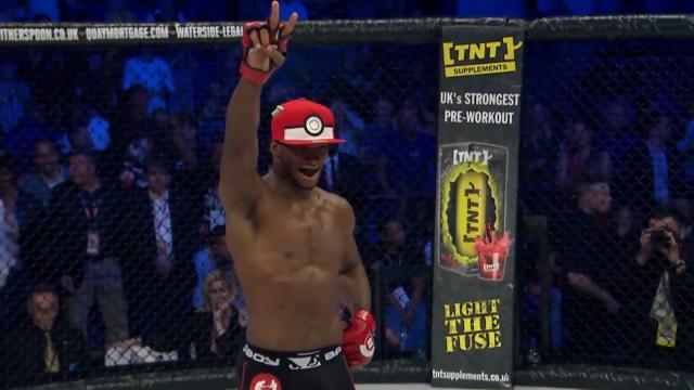 Quand un champion de la MMA attrape son adversaire avec un Pokéball!