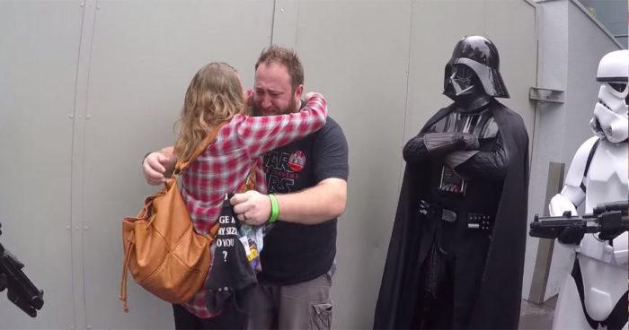 Elle demande l'aide de Darth Vader pour annoncer à son mari qu'elle est enceinte!