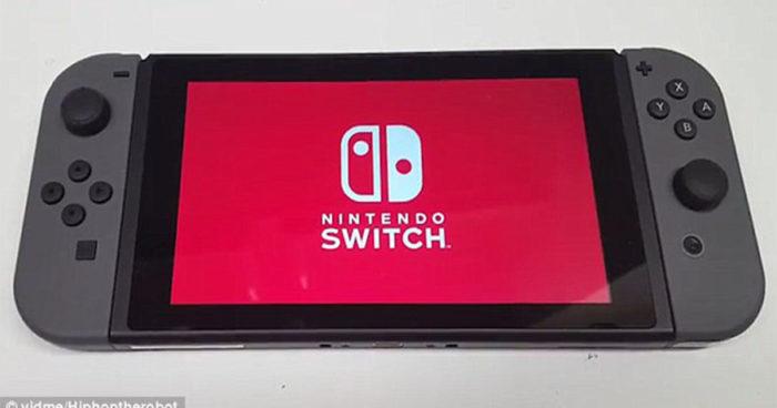 IL a obtenu la Nintendo Switch en avance et il a tout filmé son unboxing et l'interface de la console!