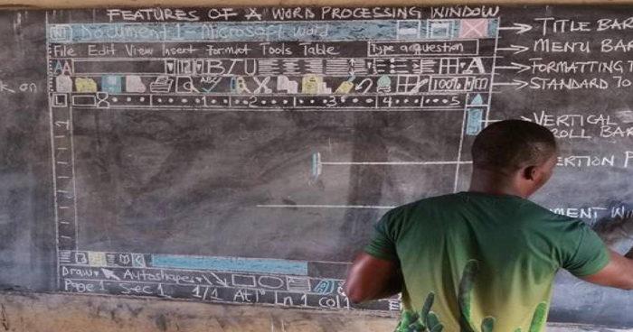 En Afrique, ce professeur apprend aux élèves à utiliser un ordinateur sur un tableau noir!