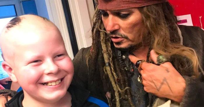 Johnny Depp a profité du temps des fêtes pour rendre visite à des enfants cancéreux