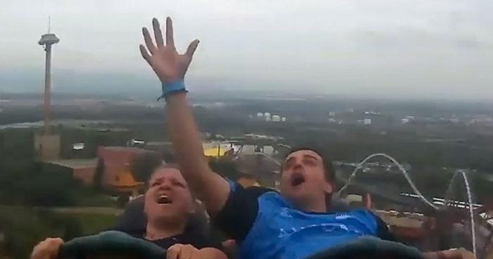 Il rattrape un téléphone  en plein vol alors qu'il est assis dans un manège (VIDEO)