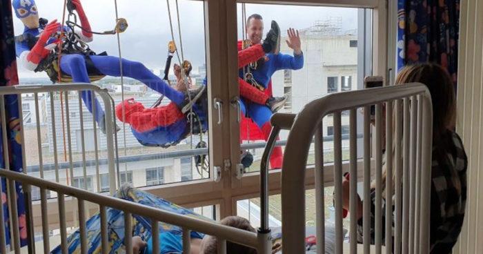 Ces laveurs de vitres se sont déguisés en super-héros pour les enfants malades d'un hôpital