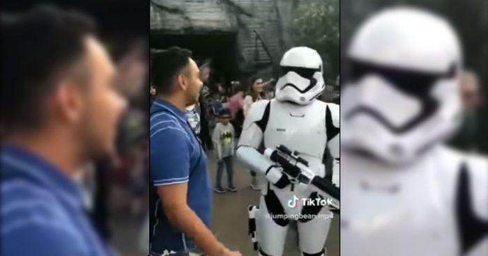 Un fan de Star Wars se fait ridiculiser par un Stormtrooper à Disneyland [VIDÉO]