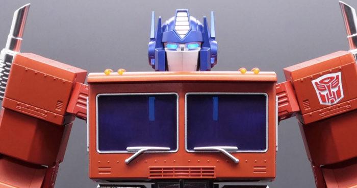 Hasbro dévoile un nouveau jouet Optimus Prime à 700$ qui peut enfin se transformer tout seul